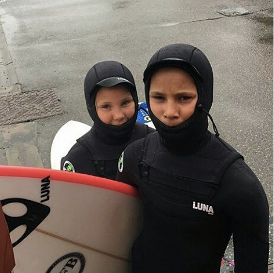 robyn-larg-surf-girl-and-brother-ben-lunasurf-children-winter-wetsuit-scotland-.png